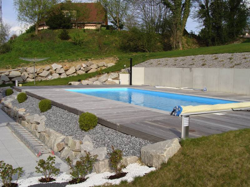 amenagement jardin en pente avec piscine