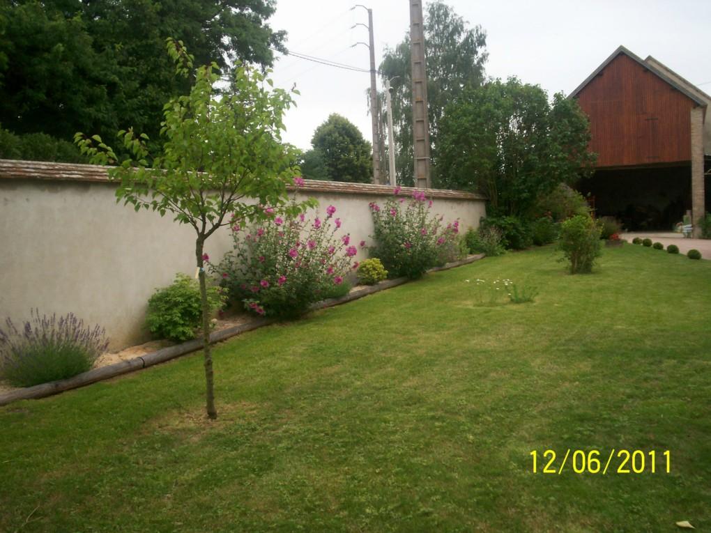 amenagement jardin le long d 39 un mur le sp cialiste de la. Black Bedroom Furniture Sets. Home Design Ideas